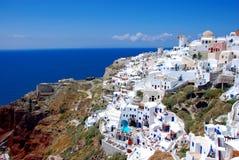 Oia auf Santorini Insel, Griechenland - blauer Himmel, Kirche Lizenzfreie Stockfotos