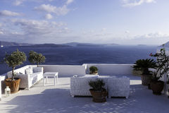 Oia Banc avec la vue au-dessus de la mer Égée photographie stock