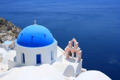 Oia Blauwe Koepel en Roze Klokketoren Stock Foto