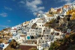 Oia Das Dorf mit weißen Häusern und Windmühlen Lizenzfreie Stockfotos