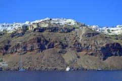 Oia dorp dat op de klippen, Santorini wordt neergestreken Royalty-vrije Stock Foto