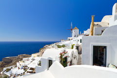 Oia dorp op Santorini met witte windmolen Stock Afbeelding