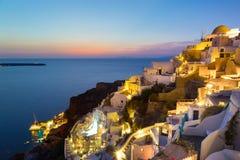 Oia dorp op Santorini in zonsondergang, Griekenland Stock Fotografie