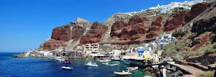Oia, een panorama van de kust van Haven Amoudi Het Eiland Santorini, Griekenland stock afbeeldingen