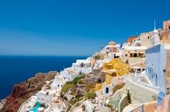 Oia et détail colorés du port Ammoudi ci-dessous sur l'île de Thira (Santorini), Grèce Images stock