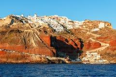 Oia et plage d'Ammoudi dans Santorini, Grèce Photographie stock libre de droits