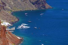 OIA, fartyg och seglingskepp i havet av Santorini royaltyfria bilder