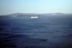 OIA GREKLAND, 19 September 2018 kryssningskepp i havet av Santorini royaltyfria bilder