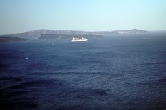 OIA, GRIEKENLAND, 19 de Cruiseschip van September 2018 in het overzees van Santorini royalty-vrije stock afbeeldingen