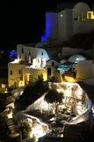Oia, Griekenland, 9 September 2018 Luxueuze flats met kleine pools en tuinen in Santorini royalty-vrije stock fotografie