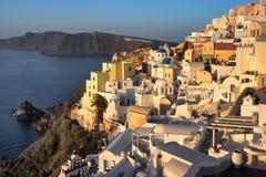 Oia by i morgonen, Santorini, Grekland Royaltyfri Fotografi