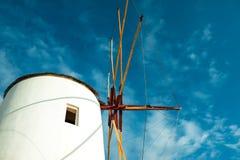 OIA, ISLA DE SANTORINI, GREECE-SEPTEMBER 02,2014: molino de viento en Oia, S Fotos de archivo