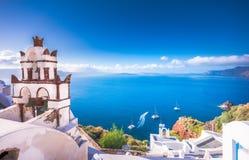 Oia miasteczko na Santorini wyspie, Grecja Tradycyjni i sławni domy i kościół z błękitnymi kopułami nad kalderą, morze egejskie obraz stock
