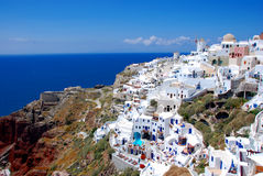 Oia op Santorini Eiland, Griekenland - blauwe hemel, kerk Royalty-vrije Stock Foto's