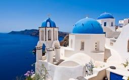 Oia ortodoxa kyrkor och klockatornet på den Santorini ön, Grekland Royaltyfri Foto