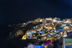 Oia par nuit - île de Cyclades - Santorini - la Grèce image stock