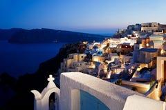 Oia Santorini晚上视图 图库摄影