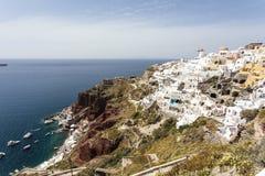 Белый городок Oia на скале обозревая море, Santorini, Киклады, Грецию Стоковая Фотография RF