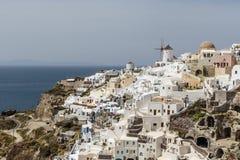 Белый городок Oia на скале обозревая море, Santorini, Киклады, Грецию Стоковое Изображение RF