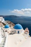 Oia Santorini door het Egeïsche Overzees stock foto's