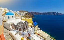 Oia Santorini, Grecja, - Sławny przyciąganie biała wioska z brukować ulicami, grków Cyclades wyspy, morze egejskie zdjęcia royalty free