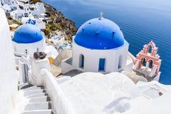 Oia Santorini, Grekland - blå kyrka och caldera fotografering för bildbyråer