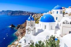 Oia Santorini, Grekland - blå kyrka och caldera arkivfoton