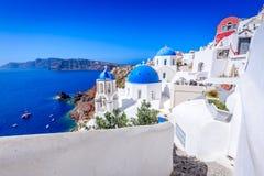 Oia Santorini, Grekland - blå kyrka och caldera arkivbild