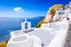 Oia Santorini, Grekland - blå kyrka och caldera royaltyfria foton