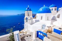 Oia Santorini, Grekland - blå kyrka och caldera royaltyfria bilder