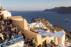 Oia Santorini, Grekland Maj 13, 2015: En folkmassa väntar på turistth Fotografering för Bildbyråer
