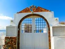 Oia, Santorini, Griechenland - 10. Juni 2015: Schönes Restaurant und Terrasse mit Seeansicht Lizenzfreie Stockfotos