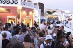Oia, Santorini, GRIEKENLAND - Juni 9, 2017: EEN MENIGTE VAN TOERISTEN WACHT OP DE BEROEMDE SANTORINI-ZONSONDERGANG stock foto's