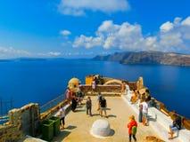 Oia, Santorini, Griekenland - Juni 10, 2015: Het mooie terras met overzeese mening Royalty-vrije Stock Fotografie