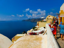Oia, Santorini, Griekenland - Juni 10, 2015: Het mooie terras met overzeese mening Royalty-vrije Stock Foto