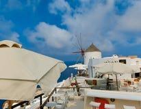Oia, Santorini, Griekenland - Juni 10, 2015: Mooi terras met overzeese mening Stock Afbeeldingen