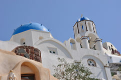 Oia - santorini - ortodox kyrka Royaltyfria Bilder