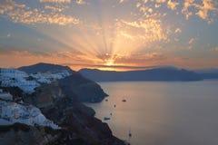 Oia by, soluppgång över berömd vulkanisk caldera på Santorini I royaltyfri bild