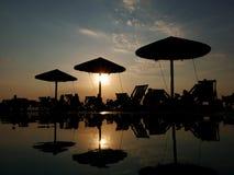 Oia-Sonnenuntergang von der Poolbar stockfotos