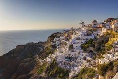 Oia stad (Ia) tijdens zonsondergang, Santorini - Griekenland Royalty-vrije Stock Fotografie