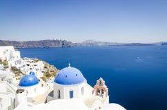 Oia stad met typische Cycladic-kerken stock fotografie