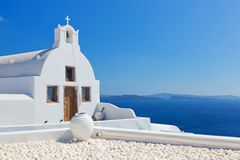 Oia stad op Santorini-eiland, Griekenland Witte kerk en vaas Stock Foto's