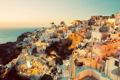 Oia stad på den Santorini ön, Grekland på solnedgången Royaltyfri Foto