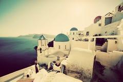 Oia stad på den Santorini ön, Grekland på solnedgången Tappning Royaltyfri Bild