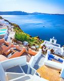 Oia stad på den Santorini ön, Grekland Traditionella och berömda hus och kyrkor med blåa kupoler över calderaen arkivfoton
