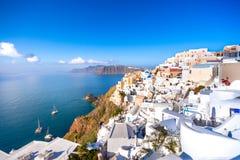 Oia stad på den Santorini ön, Grekland Traditionella och berömda hus och kyrkor med blåa kupoler över calderaen, Aegean hav arkivfoton