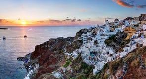 Oia stad på den Santorini ön, Grekland på solnedgången Arkivbilder
