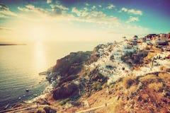 Oia-Stadt auf Santorini-Insel, Griechenland bei Sonnenuntergang Lizenzfreies Stockfoto