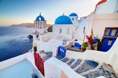 Oia-Stadt auf Santorini-Insel, Griechenland bei Sonnenuntergang Felsen auf Ägäischem Meer Lizenzfreie Stockfotografie