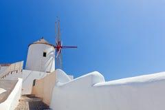 Oia-Stadt auf Santorini-Insel, Griechenland Berühmte Windmühlen Stockbild
